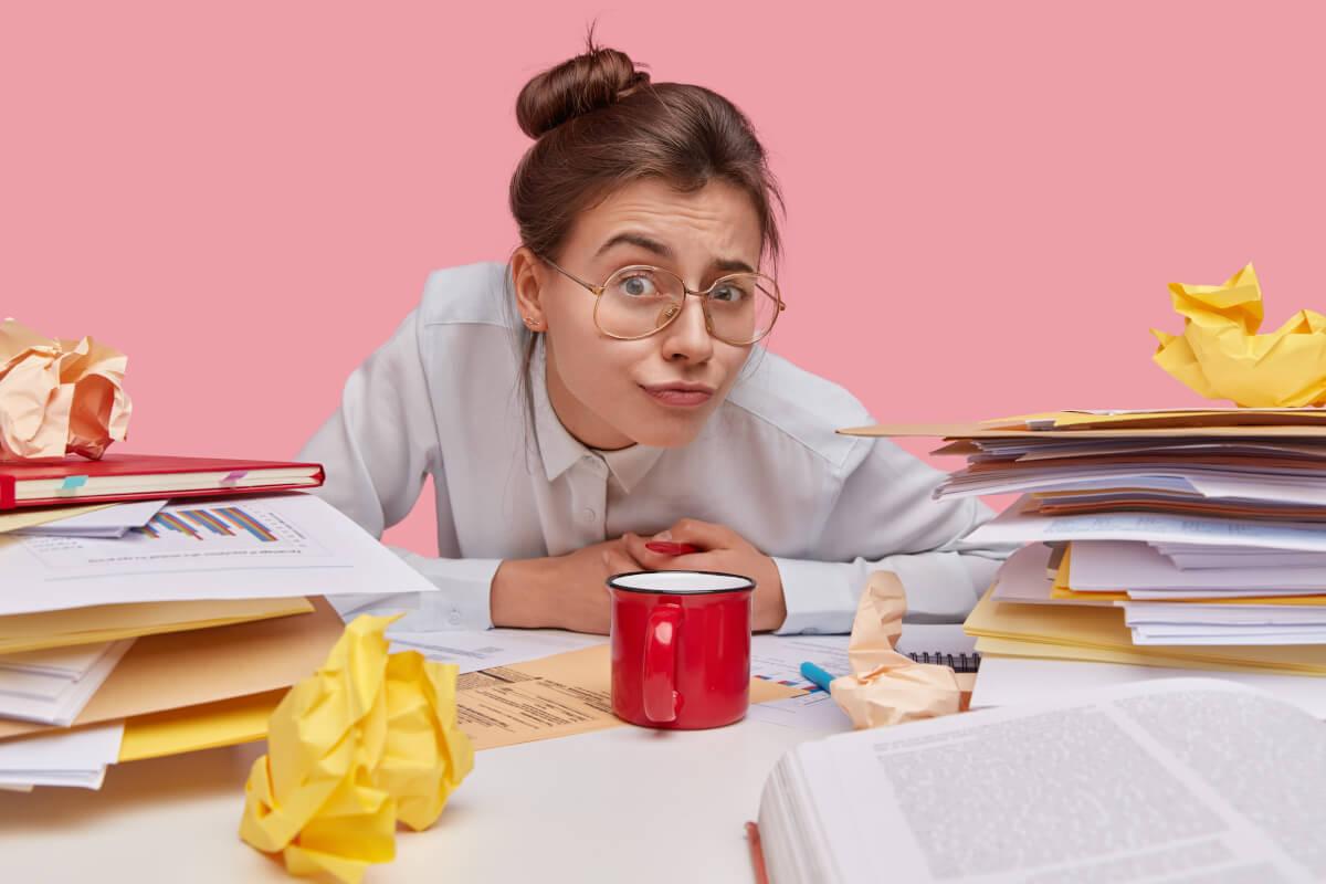 Mulher com documentos na mesa